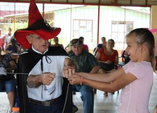 El talento de los habitantes de Santa Rita se hizo presente en el acto de magia que ofreció uno de los adultos mayores en forma voluntaria y espontánea para el disfrute de niños y adultos (foto cortesía Laura Santamaría).