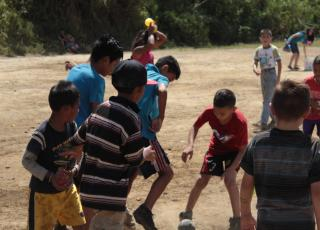 Niños y niñas de la comunidad Las Brisas, participaron de divertidos  juegos durante el último día del club de verano. Foto por Adam Esquivel Montoya.