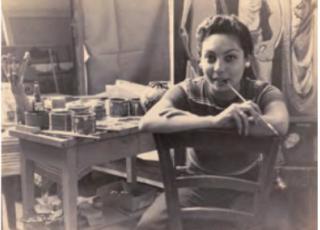 Lola Fernández Caballero nació el 15 de noviembre de 1926 en Cartagena Colombia y a los cuatro años se traslada a Costa Rica, en la fotografía se encontraba en su estudio en Florencia, Italia.