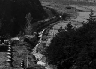 La muestra de Hiltmann reúne un conjunto de fotografías en blanco y negro, imágenes de paisajes y objetos del valle de Mansan al suroeste de la península de Corea.
