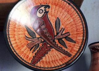 La cerámica Chorotega, comprende artesanos de las comunidades de Guaitil del distrito Diriá perteneciente al cantón de Santa Cruz y de la comunidad de San Vicente del distrito San Antonio.