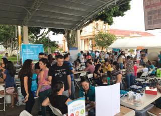 Vecinos y vecinas de Naranjo y otras comunidades cercanas participaron junto a personal y estudiantes de la UCR en los distintos espacios informativos y recreativos. Foto por: Hazel González.