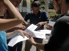 Jóvenes trabajando en grupo para plantear un proyecto. Fotografía: Fabiola Cordero Cantillo