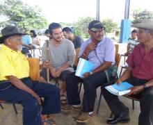 Esteban Barquero Salazar, estudiante de Derecho, compartió con los mayores Bröran. Barquero es parte de un proyecto de iniciativas estudiantiles para reforestar con especies autóctonas una finca recuperada por líderes de esa comunidad indígena.